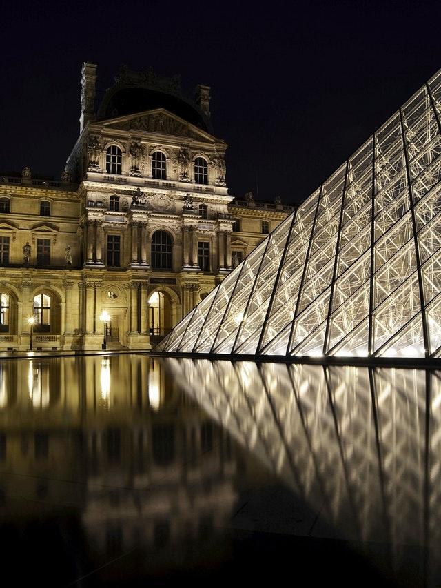 Louvren upplyst på kvällen